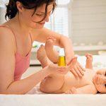 Hướng dẫn cách tắm cho trẻ sơ sinh bằng tinh dầu tràm đúng cách