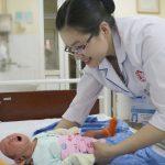 Tắm cho trẻ sơ sinh bằng nước gì là tốt và an toàn nhất ?
